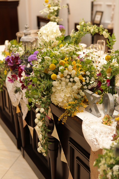 野の花を摘んできたようなフレンチナチュラルなメインテーブル
