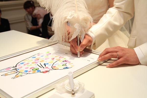 ゲストの皆さんの拇印が入ったトトロの結婚契約書にサイン