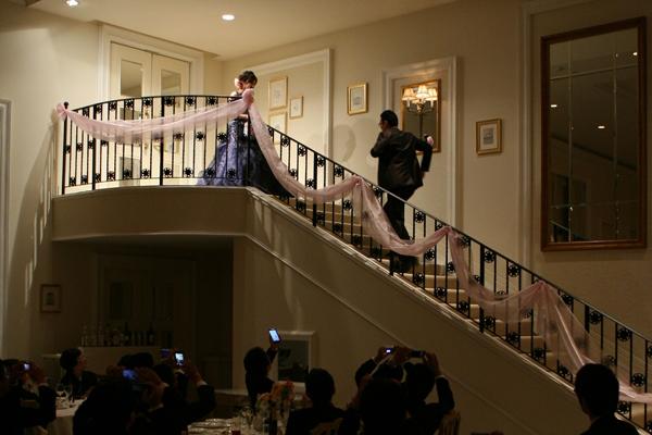 お色直しして新婦登場!新郎は階段をかけ上がって迎えに行きました。