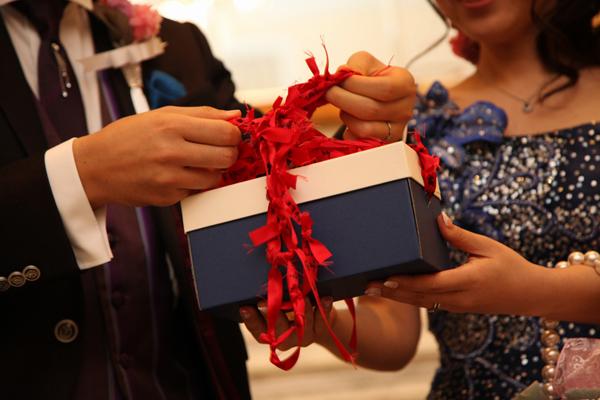 列席者からのメッセージを箱に詰め、リングリレーの赤いリボンで列席者との絆を結びました