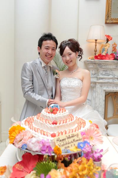 お気に入りのハートの3段のケーキに入刀です!