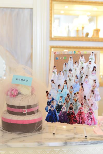 こちらも受付前の飾り付けです。左は親戚から頂いたおむつケーキで右は花嫁が試着したドレスの数々をコルクボードに貼り付けました!