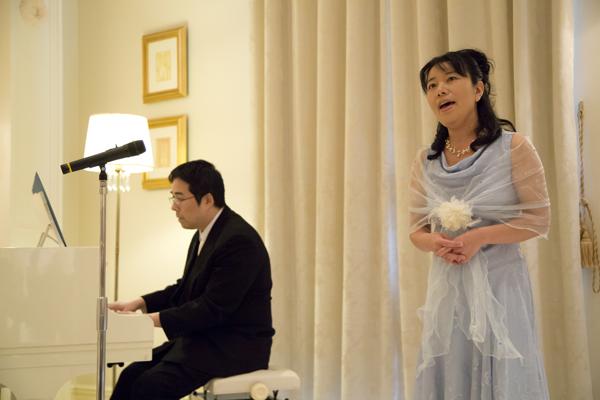 余興は新郎姉夫婦の歌とピアノ演奏  心のこもった歌声と演奏に感動しました