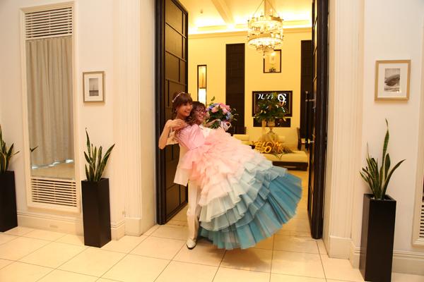 お気に入りのカラードレスでお姫様抱っこ☆