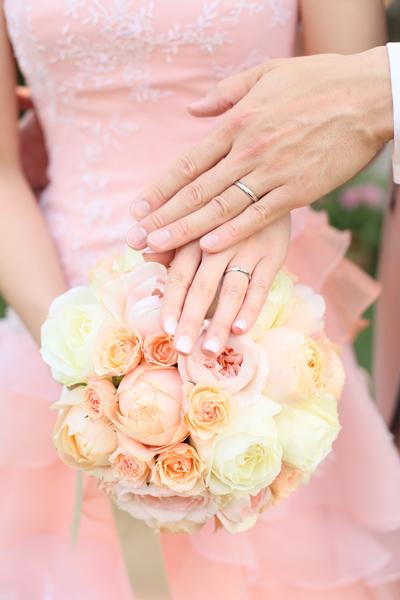 ドレスに合わせたブーケとお気に入りの指輪