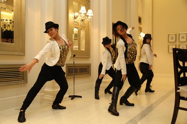 新郎の中座の相手は!?・・・正解は踊る新婦(笑)ダンサー仲間とサプライズダンス余興♪