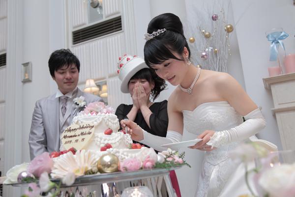 新郎への特大一口ケーキバイトのあとは、当日誕生日の友人にサプライズバイト!喜んでくれました。