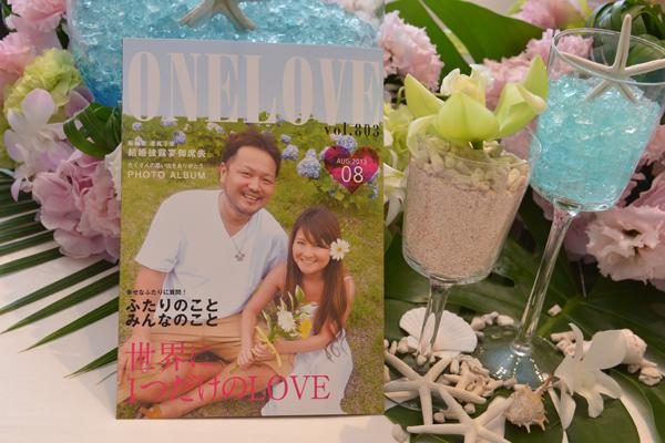 友達に作ってもらった雑誌風の席辞表はみんなの写真も入っていて大好評でした!テーブルは夏と海をイメージして爽やかなリゾート風に飾ってもらいました☆
