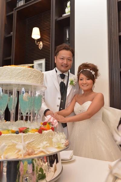 ケーキも夏にこだわりグラスに水色のゼリーと周りに貝殻とお花を散らしてフルーツもトロピカルなイメージでカラフルに!