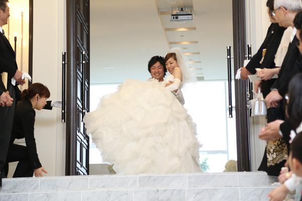 挙式後のフラワーシャワーは、お姫様抱っこでサプライズ登場~♪わ~!!っと声が上がって嬉しかった^^