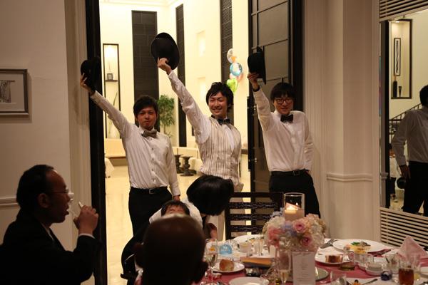 お色直しの入場は新郎新婦それぞれ友人と♪音楽に合わせて入場しました~。友人にもいっぱい協力してもらって感謝!