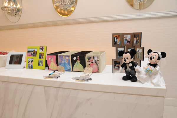 受付には大好きなディズニーと私達の写真を。ディズニープリンセスでドレスの色当てクイズをしました。
