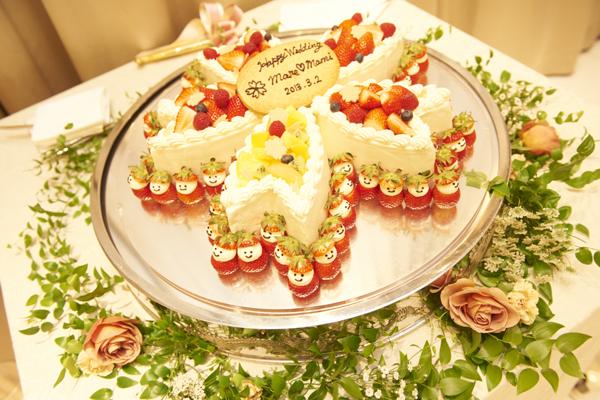 桜の花をイメージしたケーキ。周りのイチゴちゃんが可愛かった~!