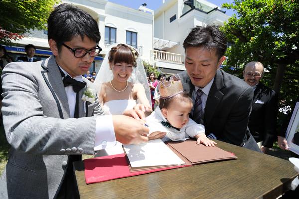 息子が2人の証人となって結婚証明書に手形を押しています