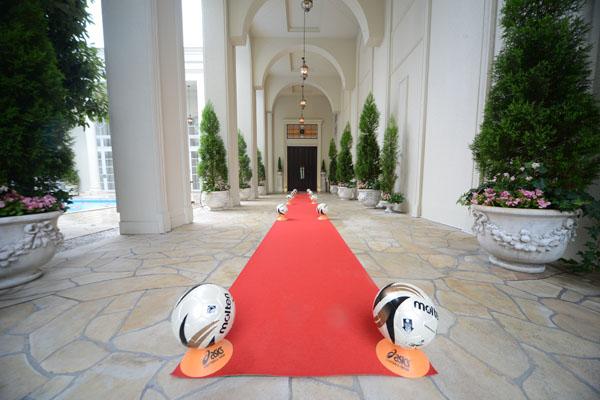 新郎がプロポーズの演出で使用したレッドカーペットでゲストをお迎えです