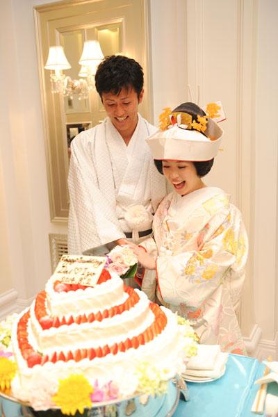 和装でのケーキカット みんなに幸せのおすそわけです