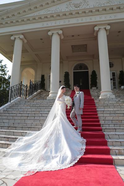 大階段に映えるようにドレスの裾とベールの長さにはこだわりました