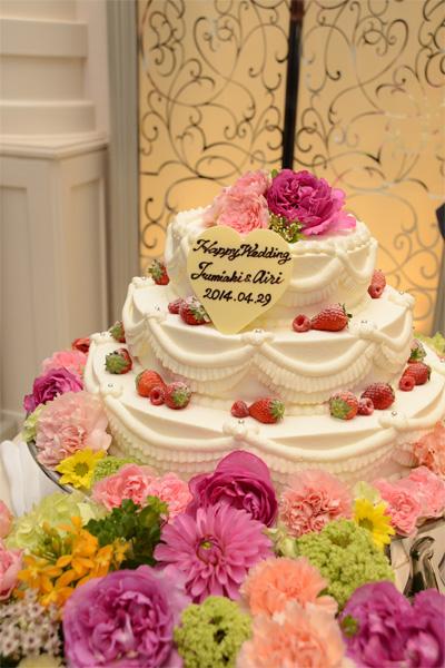 ケーキ周りも大好きなビビットカラーのお花で装飾