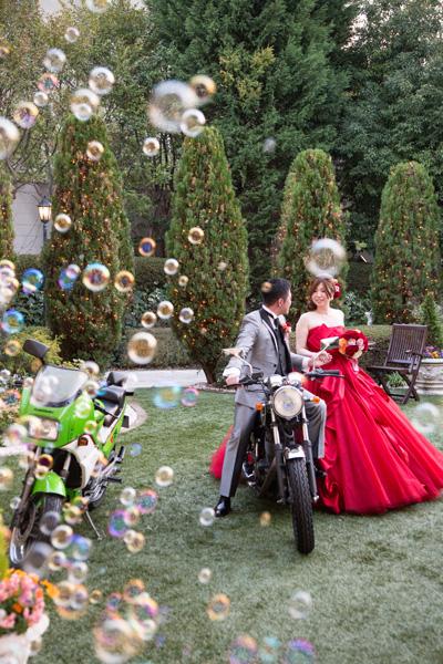 憧れだった赤ドレス。ガーデンには大好きなバイクを…