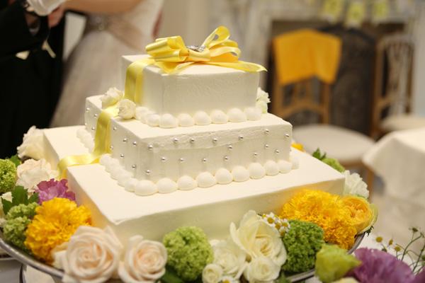 テーマカラーのイエローリボンがお気に入りのウェディングケーキ