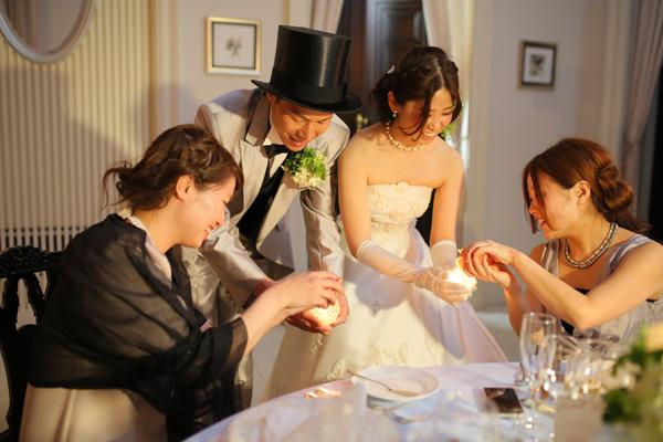 披露宴入場ではテーブル一卓ずつ、一人ひとりのもとへキャンドルリレーをし、<br /> 温かい言葉をかけてもらいました。