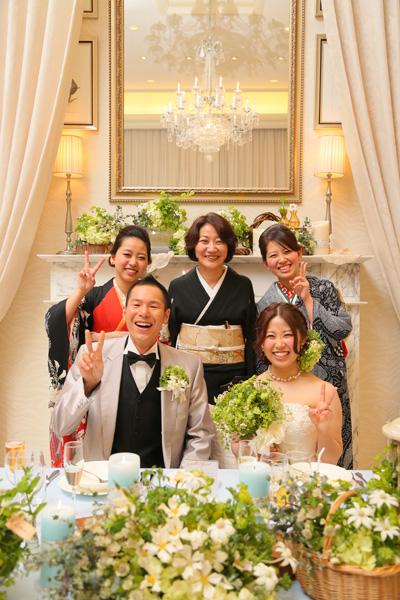 新郎新婦と新婦母、姉妹で記念撮影。緑であふれた高砂や各テーブルの飾り付けと、<br /> 着物を着てくれた姉妹のおかげで式が一層華やかになりました。