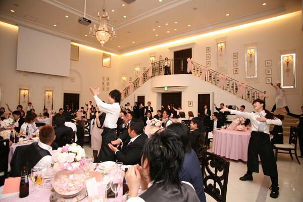 みんなが楽しんでくれるようにと行った「フラッシュモブ!!」<br /> なんと式場のスタッフさんも踊ってくれました!!(支配人さんも♪)