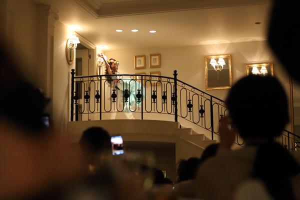 階段上からお姫様抱っこで登場!もちろん音楽はMINMI!!