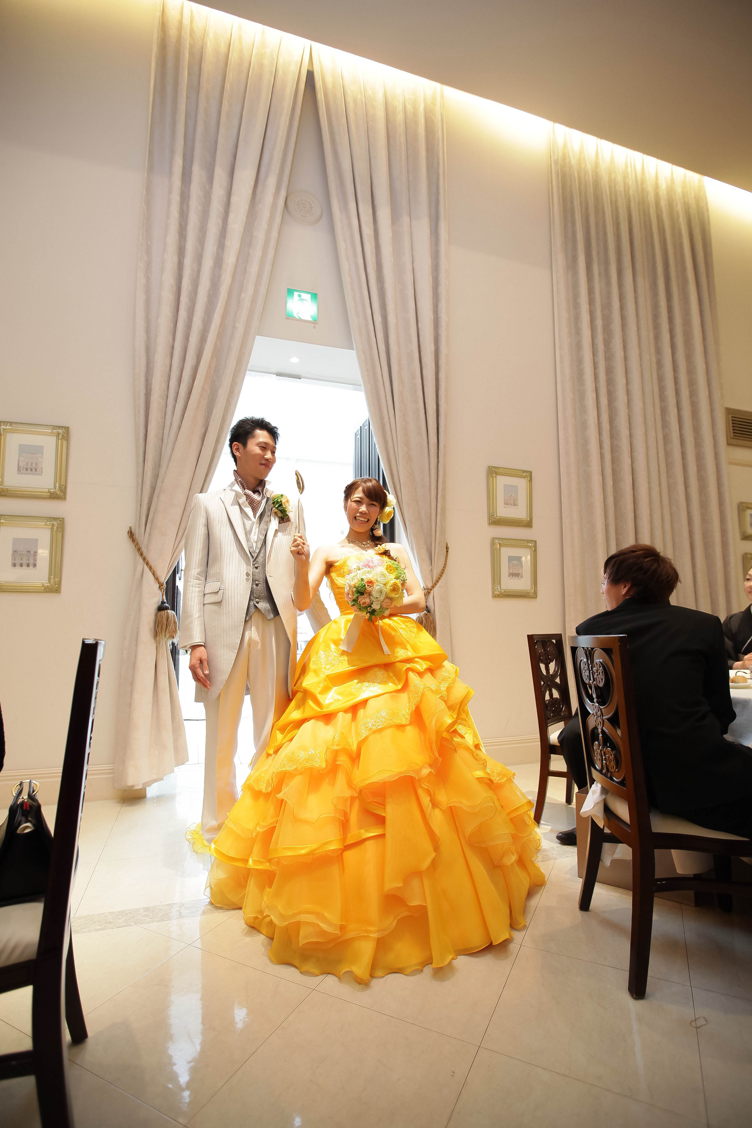 カラードレスは向日葵のような黄色のドレス