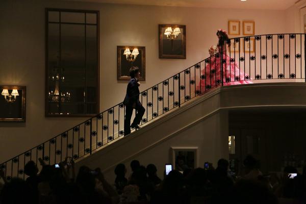 披露宴会場内の階段からのご入場。階段上のご新婦様をご新郎様が迎えに行くシーンは鳥肌が立つほどロマンティックでした!!