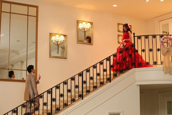 2人の出会いは階段。お色直しの登場は出会いのシーンをシンデレラ階段で再現