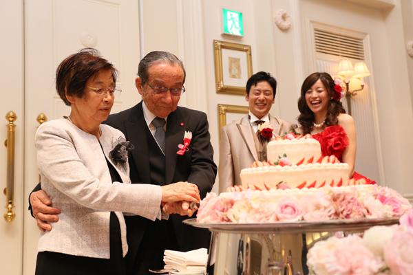 当日は新婦祖父母の結婚60周年記念日。サプライズでケーキカットをお願いし、<br /> ゲスト全員でダイヤモンド婚をお祝い