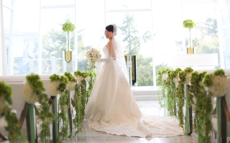 挙式会場にて、一目ぼれしたウエディングドレス、素敵なブーケと一緒に。<br /> お気に入りの一枚です。