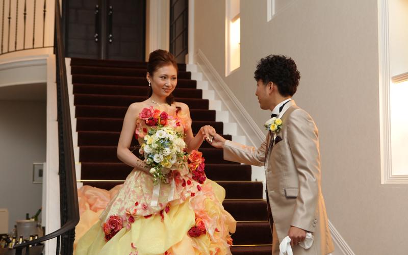 階段からの入場。皆の期待を裏切るラブリーなドレス♪