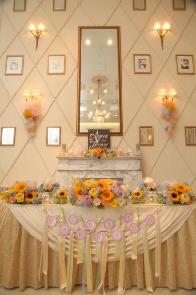 ご新婦様の誕生花、ひまわり そしてテーマの「七色」に合わせた会場装花