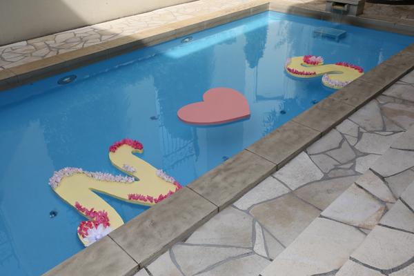 プールに浮かべた手作りイニシャル。