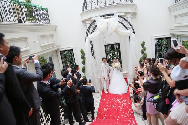 Wedding Bellの下でとっても幸せそうなお二人♪
