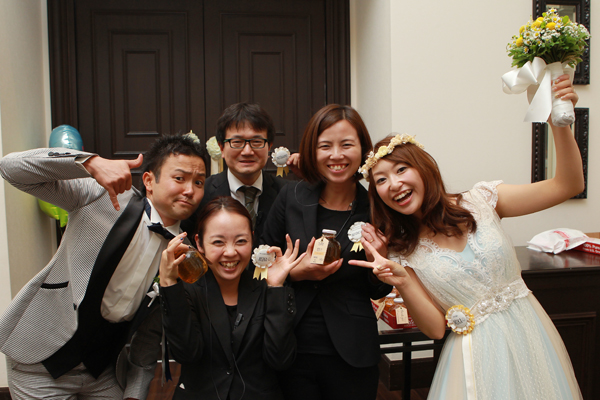 最後にプランナーの飯田さん、ヘアメイク兼アテンドさん、カメラマンさんと記念撮影♪<br /> スタッフの皆様もロゼット付けてくれました☆