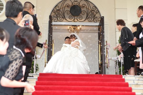 大階段では、憧れのお姫様抱っこ☆