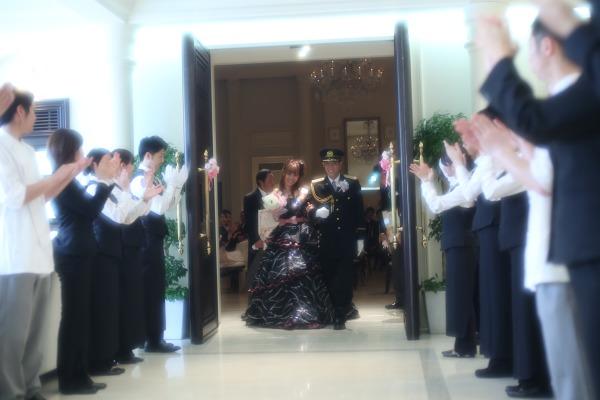 扉の外にはスタッフの方々が!!みなさんに祝福されて私たちはほんと幸せです☆☆☆