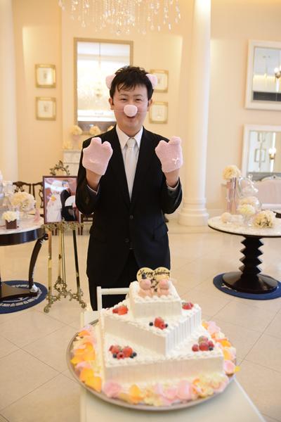 ぶたのケーキを運ぶキューピッグ(キューピッド)