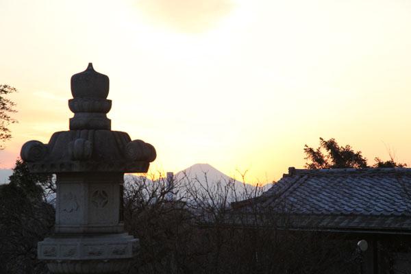 日暮れ前に思いがけず美しい富士山が見えました。