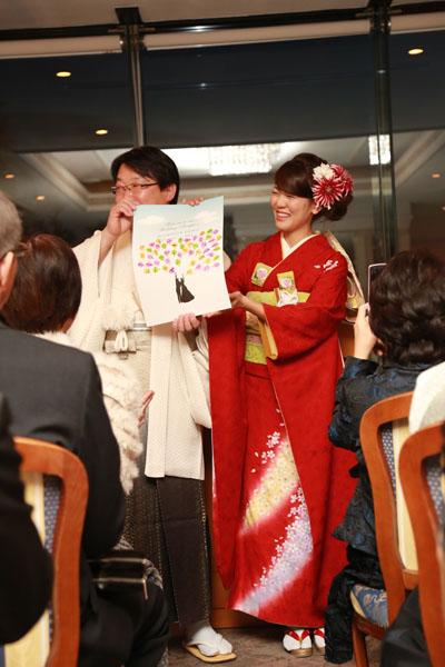 人前式。ゲストの皆様の承認で、無事に結婚が成立。