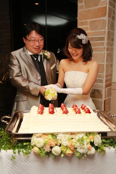 お色直しの後、ケーキ入刀。人生で一番シャッターを浴びた時間でした。