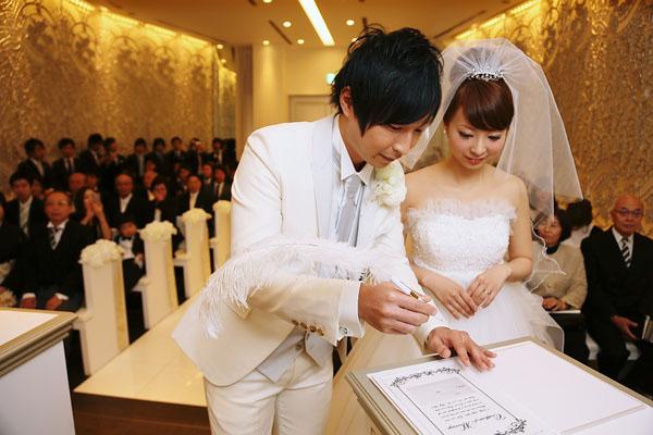 結婚証明書にサインし、無事夫婦になりました
