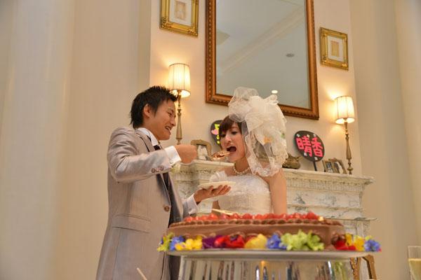 ケーキは大好きなチョコレートで 大食い新婦がデカスプーン使います