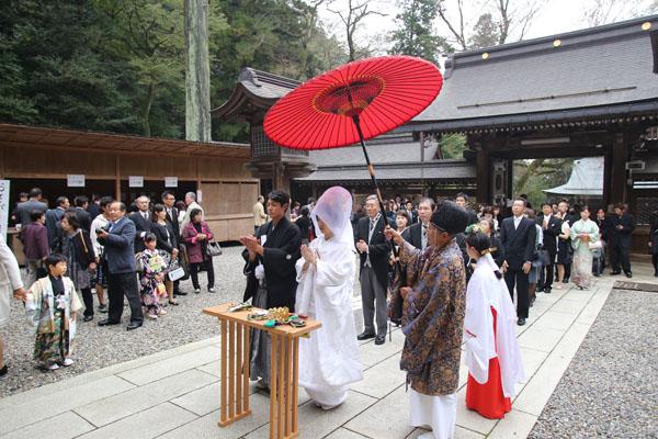 お式は新婦早織さんのおばあ様、お母様もお式をした伊奈波神社にて