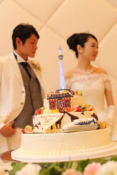 ウエディングケーキはお二人の思い出の場所東京を再現<br /> 1段目は新幹線 2段目は上野動物園 3段目は雷門 トップにはスカイツリー