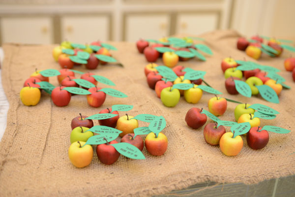 りんごの葉っぱで座席案内をするエスコートカード。裏に印があった人にはサプライズも…?