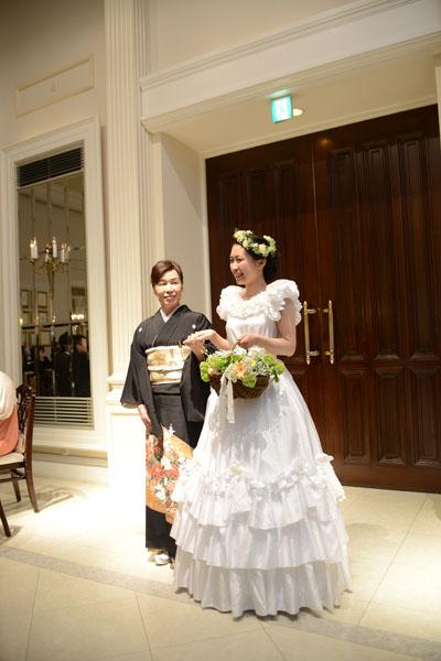 お色直しは30年前にお母さんが着たウエディングドレス。<br /> スクリーンには両親に内緒で当時の結婚式の写真を映すサプライズも♪